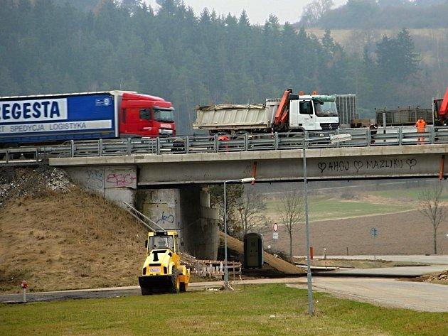 Se začátkem jara se na dálnici D1 nad Velké Meziříčí vrátily stavební firmy, dělníci modernizují například i dálniční most nad silnicí odbočující do nedalekých Laviček.
