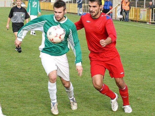Třebíčští fotbalisté (vpravo útočník Jan Karásek) sice s Rousínovem vedli, ale nakonec jsou za bod rádi. Po matném výkonu je totiž od pohromy zachránil brankář Beer.