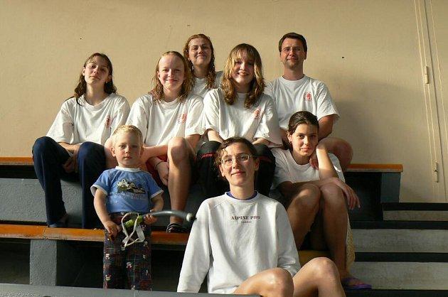 Družstvo žen dělá trenérovi Martinu Trnkovi (vpravo) radost.
