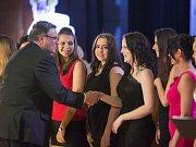 Na snímku gratuluje hejtman Jiří Běhounek mažoretkám Jannies z Batelova, které zvítězily v hlasování veřejnosti.
