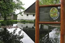 Novou naučnou stezku otevřeli v sobotu žďárští ochranáři ve Vesnické přírodní rezervaci Krátká.