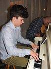 V plesové kavárně mohli návštěvníci obdivovat výkon nadějného novoměstského pianisty Máry Klapky a dalších muzikantů.