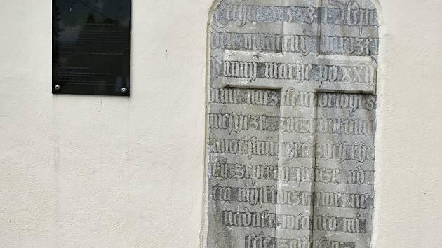 Pamětní deska s vytesaným nápisem dodnes připomíná krvavou historii.