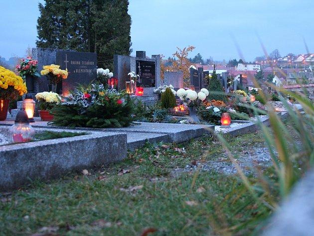 Jen málokterý z hrobů na novoměstských hřbitovech zůstane na Dušičky bez zapálené svíčky.