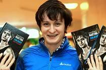 V knize s názvem Sama proti času chce rychlobruslařčinu osobnost poodhalit autorka Radka Červinková. Spolupracovala přímo se slavnou sportovkyní.