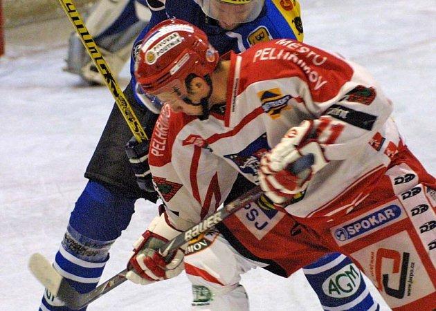 Útočník Velkého Meziříčí Miroslav Bukáček (v modrém) bojuje o puk s pelhřimovským forvardem Tomášem Plachým. Šťastnější byl nakonec hostující Spartak.