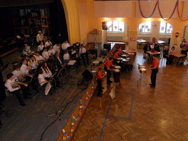 Na Plesohrátkách, jejichž hlavním účelem je zábavnou formou předvést výsledky společného snažení studentů a kantorů, vystoupí postupně všechny soubory, které hudební obor základní umělecké školy skýtá.