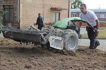 Povrch trávníků byl narušen kultivačními branami a vyčištěný bude oset travním semenem.