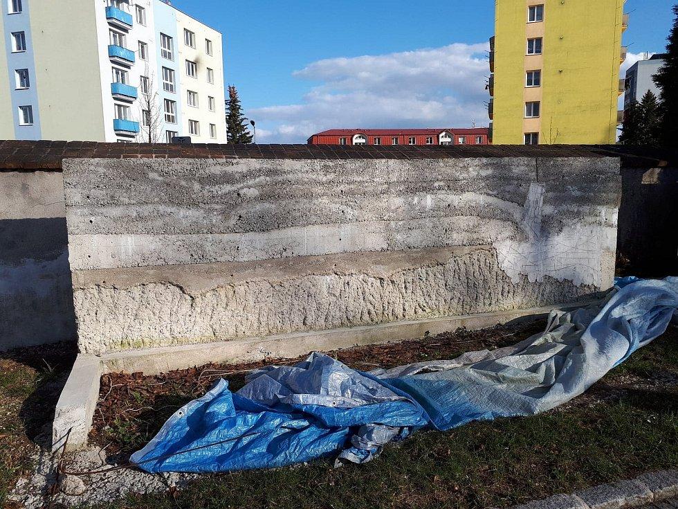 Betonový skelet na hřbitově nevypadá zrovna nejlépe.