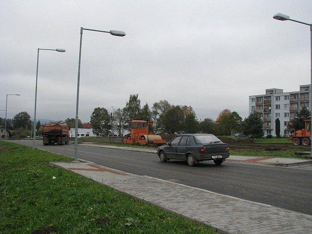 Nová silnice se již brzy otevře řidičům. Ti se díky ní pohodlněji dostanou ze žďárské ulicie Strojírenská až na kruhový objezd v Nádražní ulici.