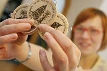 Pamětní turistická známka, která připomíná 32. setkání Nových Měst Evropy, jež se v červnu uskuteční v Novém Městě na Moravě, byla vydána v nákladu 1500 kusů. Zatím se jich v novoměstském informačním centru a Horáckém muzeu prodalo pět stovek.