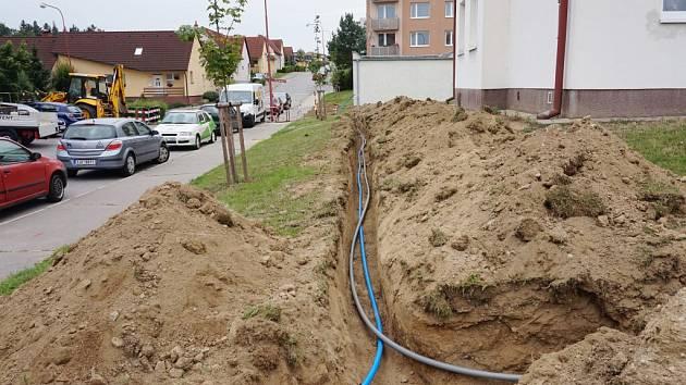 Meziříčský kamerový systém do podzimu doplní kamera v Čechových sadech. Právě se pracuje na připojení k rozvodu elektřiny a síti Rowanet.