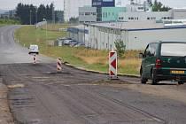 Frézováním svrchního povrchu začala rekonstrukce místní silnice ve žďárské průmyslové zóně.