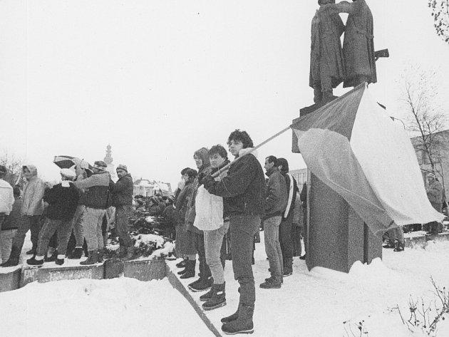 """27. listopadu vypukla stávka ve Žďase. """"Na náměstí se potom srocovali lidé ze všech směrů. Přišli i pracovníci Tokozu a určitě i ze škol,"""" popsal atmosféru v centru fotograf Jaroslav Šindelka."""