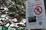 U skalního útvaru se objevily zákazové cedule.
