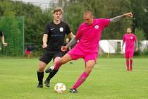 Fotbalisté Počítek (v růžovém opora zadních řad Martin Řeháček) potvrdili roli favorita a na hřišti trápícího se Moravce zvítězili 5:2.
