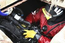 Stará studna v mitrovském dvoře překvapuje svou rozlehlostí. Vstup do ní je sice poměrně malý, zato její vnitřní prostory připomínají spíše jeskyni. Neskrývají hluboké vody tajemství? Odpověď na tuto otázku hledali v Mitrově potapěči.