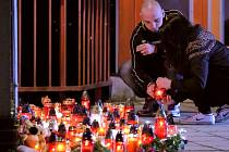 Lidé před žďárskou školou zapalovali v úterý večer svíčky za ubodaného Petra Vejvodu.