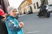 Jako první na Vysočině zahájili v sobotu letošní sezonu motorkáři ve Velkém Meziříčí. Na tamním náměstí se jich sešlo několik set, ke zdařilé akci přispělo slunečné počasí.