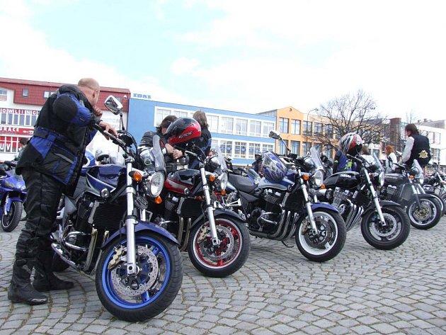 Stovky motorkářů se sjely na svých mašinách v sobotu po poledni na náměstí Republiky