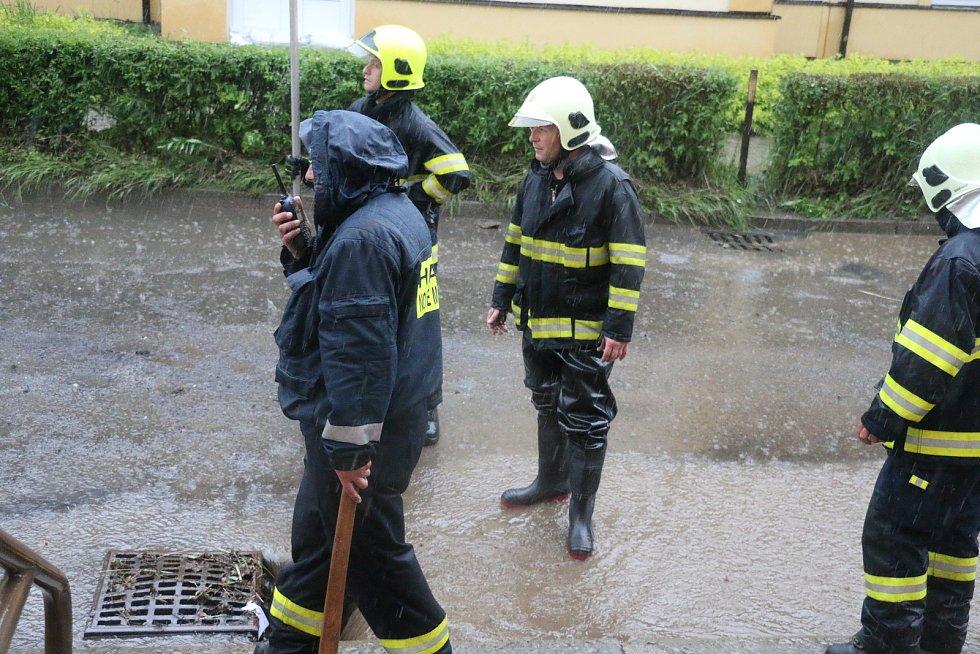 Přívalové deště pokaždé ulici Žďárskou zatopí.
