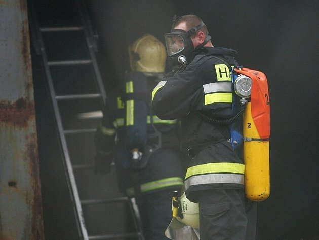 Žďárští dobrovolní i profesionální hasiči likvidovali v noci z pátku na sobotu požár starého koberce ve sklepě ubytovny v Brodské ulici. Jedovatého kouře se nadýchali dva lidé.