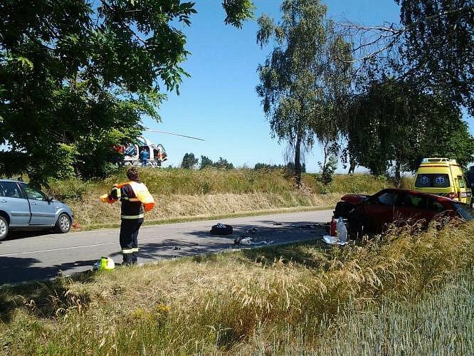 Při střetu dvou osobních vozidel u Ostrova nad Oslavou se zranili čtyři lidé, jeden zraněný byl do nemocnice transportován letecky.