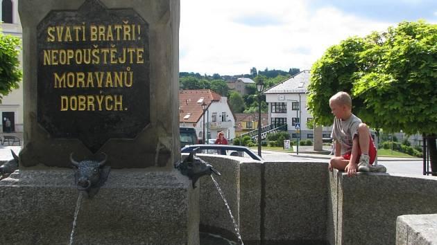 Čtyři chrliče vody ve tvaru zubřích hlav nově zdobí kašnu na bystřickém Masarykově náměstí.