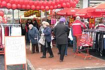 """První otevřené obchody v novém nákupním centru přezdívaném """"Žďárská Vaňkovka"""" si ve čtvrtek nenechaly ujít stovky lidí ze Žďáru nad Sázavou a jeho okolí."""