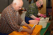 Kostelní varhany mají nový zvuk. Bratři Kosterovi, varhanářští mistři, je doslova rozebrali, kompletně vyčistili a všechna táhla, spojky a další součástky včetně 2500 píšťal opravili.