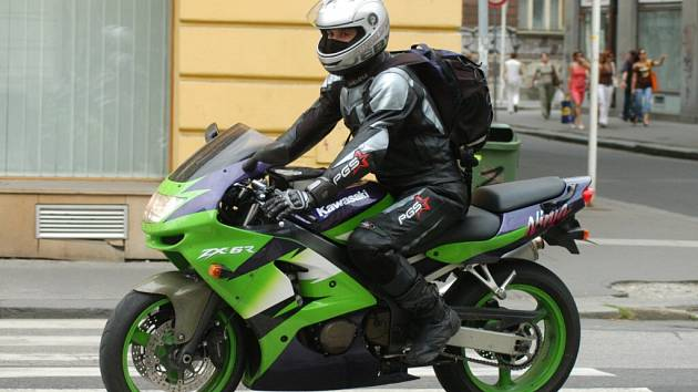 V Bíteši německým motorkářům  lapkové ukradli motorky z uzavřeného dvora, který byl zajištěn tři metry vysokou mříží.