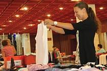 V tržiště se během pátečního odpoledne proměnil vestibul Domu kultury ve Žďáře nad Sázavou. Sehnat bylo možné leccos od slunečních brýlí až po kabát.
