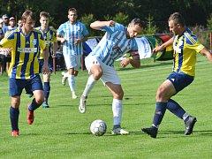 Fotbalisté Herálce (v modrobílém) v sobotu na hřišti Dobronína zvítězili 3:2. V průběhu zápasu však přišli o dva vyloučené hráče, kteří tak budou v dalším kole chybět.