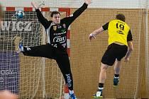 Ačkoliv je mu teprve dvaadvacet let, je už gólman házenkářů Nového Veselí Michal Studený (v černém dresu) extraligovými boji dostatečně ošlehaný.