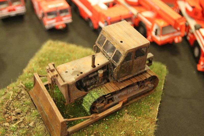 Papírový modeláři dokáži napodobit i zrezivělý stroje.