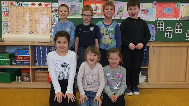 Na fotografii jsou žáci ze základní školy v Nové Vsi u Nového Města na Moravě. První třída paní učitelky Ivy Hladílkové.