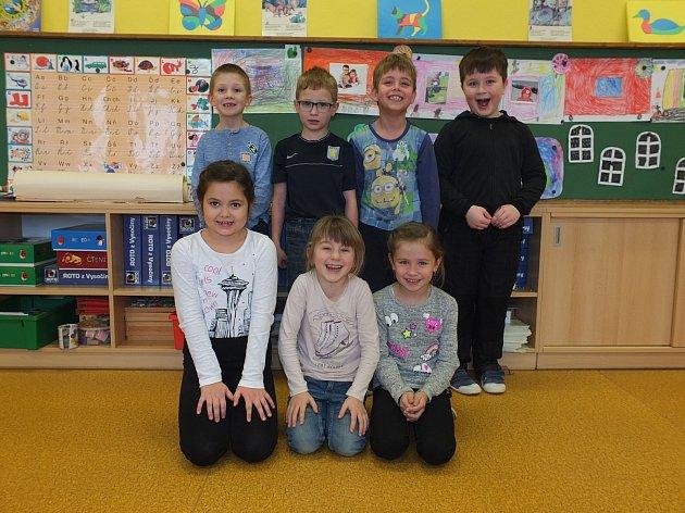 Na fotografii jsou žáci ze základní školy vNové Vsi uNového Města na Moravě. První třída paní učitelky Ivy Hladílkové.