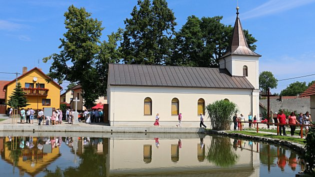 Přes tisíc lidí se přišlo podívat na posvěcení nové kaple