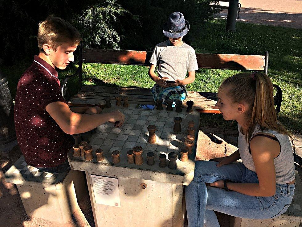 Šachová partie pod širým nebem může zůstat rozehraná, ke stolku za chvíli usedne další hráč, aby ji dokončil.