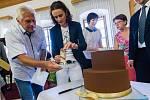 Martina Sáblíková dostala obrovský dort od vedení města Žďáru dostala.