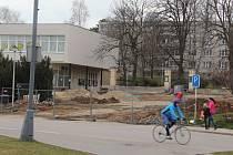 Jedna z prvních stavebních akcí, která v letošním roce začala v Novém Městě na Moravě, je rekonstrukce Komenského náměstí a přilehlých lokalit. Ohrazená plocha staveniště sousedí s frekventovanou silnicí.