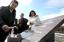 Poklepáním základního kamene symbolicky začala stavba bioplynové stanice ve Žďáře. Zařízení bude zpracovávat bioodpad vyprodukovaný domácnostmi ve městě.