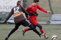 Pavel Chalupa (v červeném) má bohaté zkušenosti ze třetí ligy, kde ho trenéři kromě krajů obrany využívali například i ve středu zálohy.