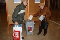 V jednu z volebních místností ve Žďáře nad Sázavou se proměnily také prostory Domu kultury. V první hodině voleb do urny umisťovali své obálky zejména důchodci.