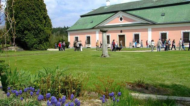 O víkendu se po roce veřejnosti otevřou jinak nepřístupné zahrady zámku rodiny Kinských ve Žďáře nad Sázavou.
