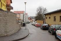 Zahradní ulici ve Žďáře (na snímku) už lidé převážně jako jednosměrku používají, a to ve směru jízdy, jaký navrhuje nová úprava. Stejně jako ve Studentské tam prakticky polovinu silnice zabírají odstavená auta.
