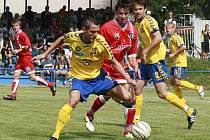 Jihlavskému útočníkovi Davidu Korčiánovi (ve žlutém vlevo) se v úvodním pohárovém utkání lepila smůla na kopačky. Naštěstí ho zastoupili dva mladíci v žlutomodrých dresech. Gólově se prosadili Matěj Vydra a Stanislav Tecl.