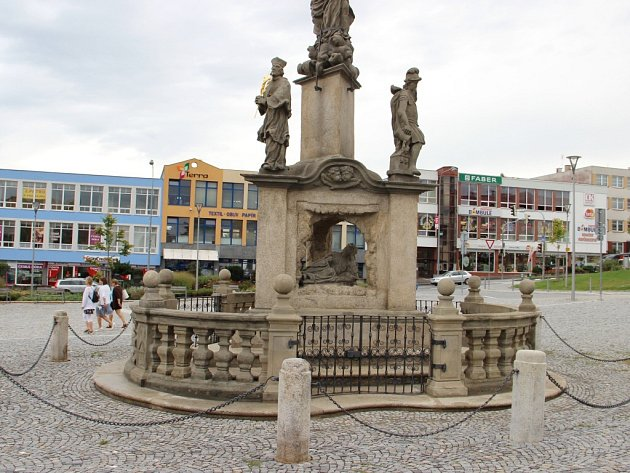 Restaurátoři dokončili obnovu trojičního sloupu na žďárském náměstí Republiky. Letošní, závěrečnou etapou prací byla oprava jeho spodní části.