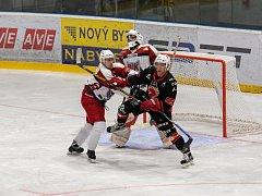 Hokejisté Žďáru (v černém) v novém ročníku II. ligy - skupiny Jih ještě neztratili ani bod.