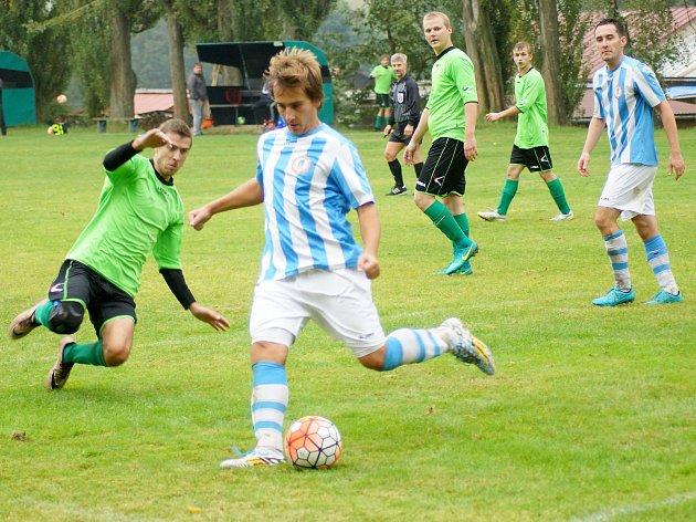 Nováček okresního přeboru z Dolní Rožínky (v zeleném) v neděli prohrál na hřišti fotbalistů Radostína nad Oslavou (v pruhovaném) jednoznačně 0:3.